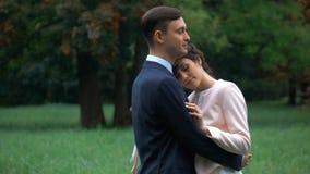 Beau marié de jeune mariée de couples de mariage posant en parc d'automne clips vidéos