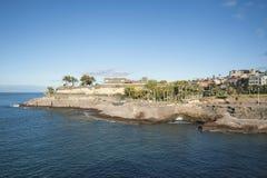 Beau matin clair au-dessus de la promenade côtière étroite par Casa del Duque, vers Playa del Duque, Ténérife, Îles Canaries, Esp Photo stock