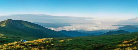 Beau matin d'été dans les montagnes, les premiers rayons du image stock