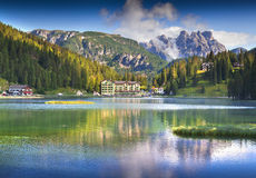 Beau matin d'été sur le lac Misurina, dans des Alpes de l'Italie, TR Photographie stock