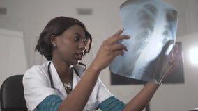 Beau membre du personnel soignant d'afro-américain avec le rayon X, concept international médical, pensée noire de docteur, moder banque de vidéos