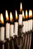 Beau menorah allumé de hanukkah sur le noir. Images libres de droits