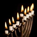 Beau menorah allumé de hanukkah sur le noir. Images stock