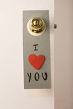 Beau message de Saint-Valentin accrochant sur une porte photos stock