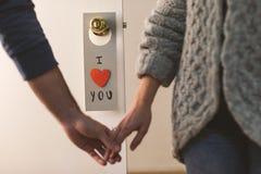 Beau message de Saint-Valentin accrochant sur une porte Image stock