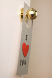 Beau message de Saint-Valentin accrochant sur une porte Photo libre de droits