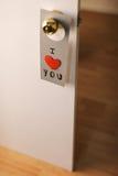 Beau message de Saint-Valentin accrochant sur une porte Images stock