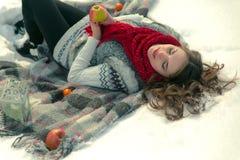 Beau, mignon, heureux, léger, fille se trouvant sur une couverture pendant l'hiver dans la neige Image stock