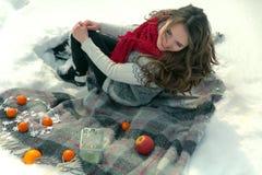 Beau, mignon, heureux, léger, fille se trouvant sur une couverture pendant l'hiver dans la neige Photos libres de droits