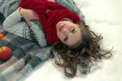 Beau, mignon, heureux, léger, fille se trouvant sur une couverture pendant l'hiver dans la neige Images stock