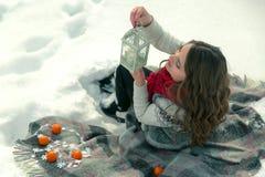 Beau, mignon, heureux, léger, fille se trouvant sur une couverture pendant l'hiver dans la neige Photo stock