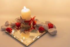 Beau miroir avec les roses rouges images libres de droits