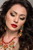 Beau modèle avec des bijoux Photographie stock libre de droits