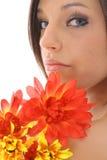 Beau modèle avec des fleurs Photographie stock