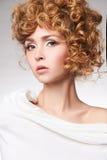 Beau modèle avec la coiffure bouclée images libres de droits