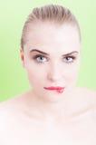 Beau modèle avec la peau parfaite et maquillage mordant sa lèvre Photos stock
