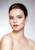 Beau modèle avec le maquillage de mode Femme sexy de portrait en gros plan avec le maquillage de lustre de lèvre de charme et les photos libres de droits