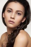 Beau modèle avec le renivellement de coiffure et de mode photo libre de droits