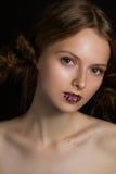 Beau modèle avec les lèvres fascinantes d'étoile de mode Photo libre de droits
