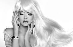 Beau modèle blond avec de longs cheveux courbés Maquillage bijou S images libres de droits