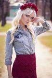Beau modèle blond en posant dehors Image libre de droits