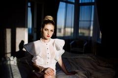 Beau modèle blond sexy élégant renversant phénoménal avec le costume érotique parfait de corps image stock