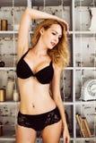 Beau modèle blond sexy de lingerie Image stock