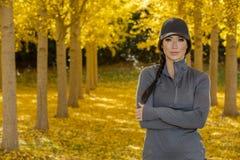 Beau modèle coréen Posing In de brune un champ de Leav jaune Photo libre de droits