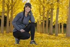 Beau modèle coréen Posing In de brune un champ de Leav jaune Photographie stock