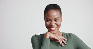 Beau modèle d'Afro-américain d'ajustement dans une robe serrée banque de vidéos