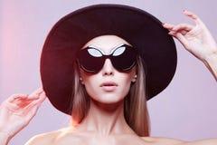 Beau modèle dans le chapeau et des lunettes de soleil image stock