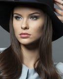 Beau modèle dans un chapeau avec le beau maquillage et la robe bleue Photo libre de droits