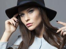 Beau modèle dans un chapeau avec le beau maquillage et la robe bleue Image libre de droits
