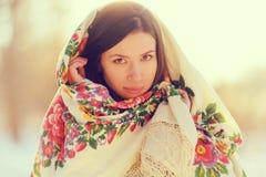 Beau modèle dans une écharpe russe traditionnelle Images stock