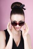 Beau modèle de brune dans des lunettes de soleil noires élégantes Photo libre de droits