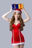 Beau modèle de femme de l'Asie dans des vêtements de Santa Claus Photographie stock