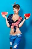 Beau modèle de fille dans des jeans avec des tranches de pastèque photos libres de droits