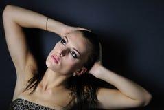 Beau modèle de fille dans le sujet de léopard Photo stock