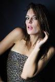 Beau modèle de fille dans le sujet de léopard Photographie stock