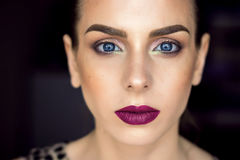 Beau modèle de fille, peau parfaite et lèvres de vin, yeux bleus Images stock