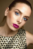 Beau modèle de fille, peau parfaite et lèvres de vin, yeux bleus Image stock