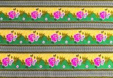 Beau modèle de fleur rose sur le batik Photographie stock