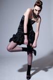 Beau modèle de mode avec le renivellement noir photographie stock libre de droits