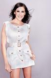 Beau modèle de mode dans la robe blanche image libre de droits