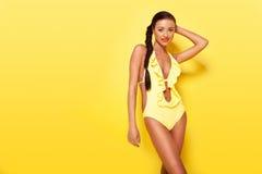 Beau modèle de mode dans les vêtements de bain Photographie stock