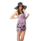 Beau modèle de mode utilisant un rétro chapeau d'été Photo libre de droits