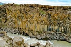 Beau modèle de roche à la falaise d'Aldeyjafoss Image stock