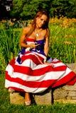 Beau modèle drapé dans le drapeau américain Photos stock