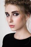 Beau modèle femelle avec les yeux fumeux Images libres de droits