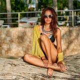 Beau modèle femelle bronzé posant à la plage photo stock